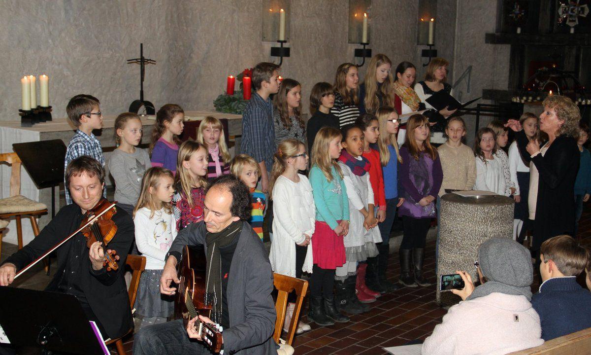 """""""Abendmusik im Advent"""" in der Christuskirche - 100 Mitwirkende beeindruckten so wie im Bild die Folkband mit Kinderchor"""