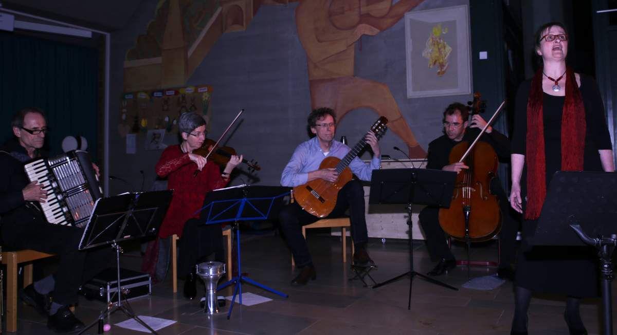"""In der originalen Fünferbesetzung begeisterte das Ensemble """"Hot & Cool"""" (v.l. Rainer Schwander, Petra Müllejans, Bernhard von der Goltz, Uwe Schachner und Claudia von der Goltz) am Sonntagabend in der Veitshöchheimer Eichendorff-Schulaula über 120 Besucher  mit Klezmer-, Tango- und Swing-Meldodien und Liedern hauptsächlich aus den 30er Jahren. Sie brillierten mit musikantischer Kultur auf höchstem Niveau. Das 1999 gegründete Ensemble hatte damals an gleicher Stelle debütiert. Kein Wunder, kommen doch Schwander und das Musikerehepaar von der Goltz aus Veitshöchheim."""