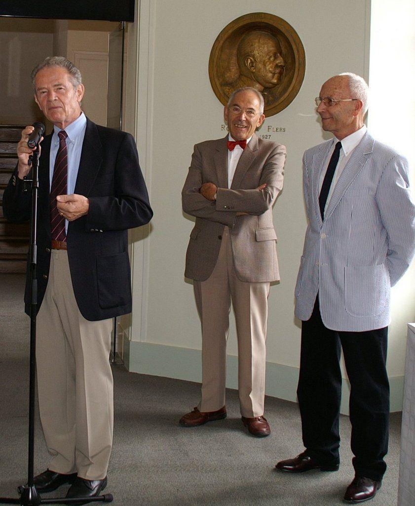 Foto von der Ausstellungseröffnung 2006 v.r.n.l. der ausstellende Fotograf Günter Röhm, Jean-Paul Descur (zweiter Bürgermeister von P.E.), der französische Bürgermeister André Desperrois