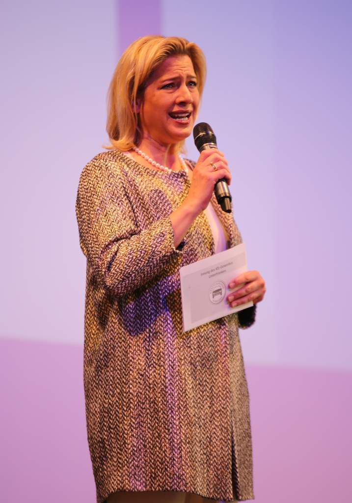 Durch das Programm führte mit ihrer Moderation Claudia Schaefer, die auch die Namen der 327 Prüflinge vorlas.