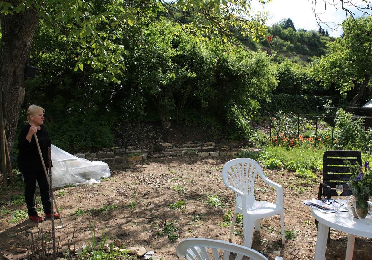 Durch Bürgerspenden erhielt Kissel Bruchsteine, Gartengeräte, Gartentische/Stühle und zum Entspannen eine schöne Gartenliege. Auch ein geschützter Abstell-Anzuchtbereich ist im Entstehen. Von fleißigen Gartenfreunden wurde ein Steingarten angelegt, der noch auf Ideen und Mitmachen in der Gestaltung wartet. Hier ist auch eine kleine gepflasterte Terrasse geplant, deren Realisierung ebenfalls kräftige Mitmacher benötigt. Hier soll dann gemeinsames Zusammensitzen mit oder ohne Schoppen gepflegt werden.