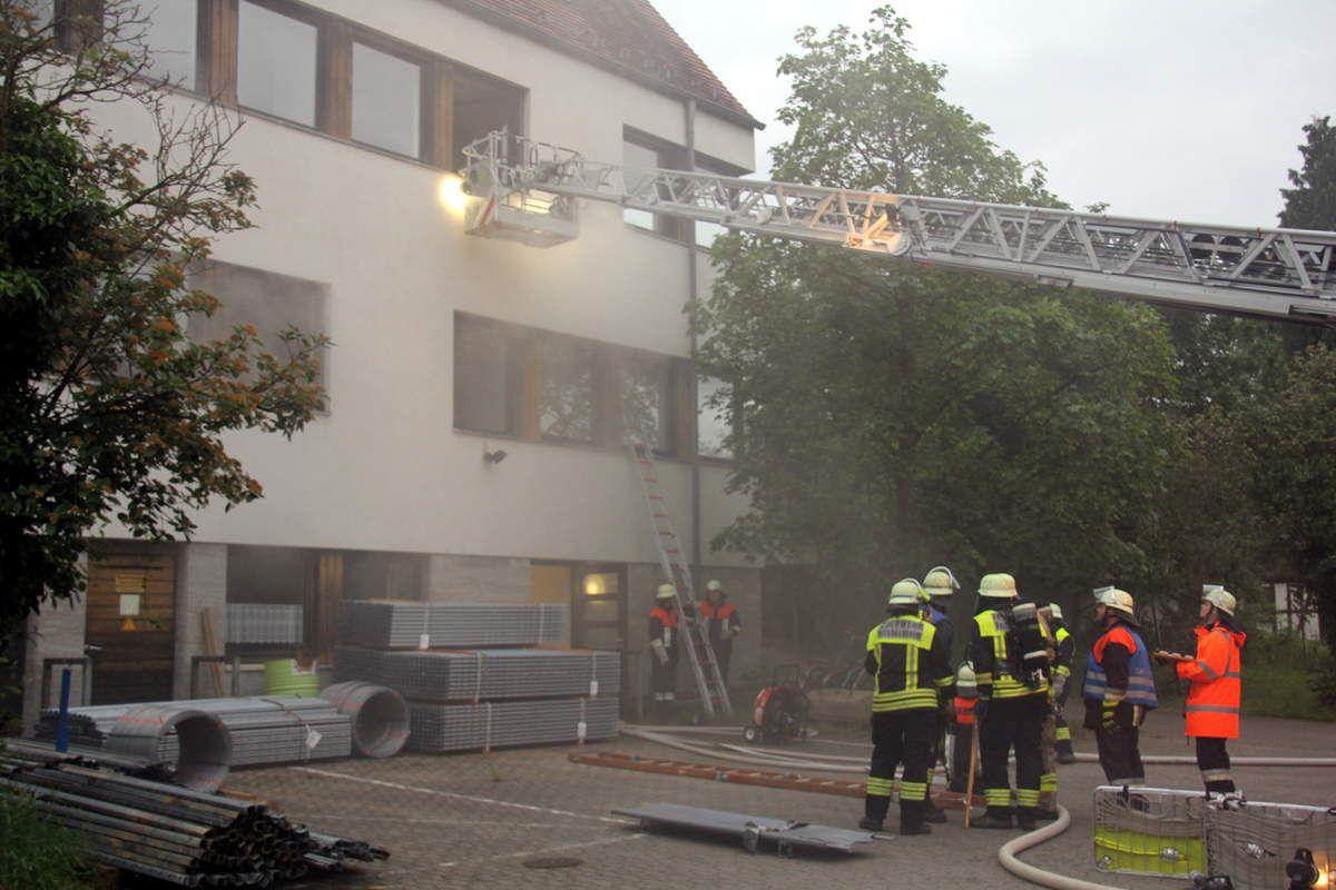 """Einsatzübung der Feuerwehren Veitshöchheim, Thüngersheim und Güntersleben """"Laborgebäude der Landesanstalt brennt"""""""