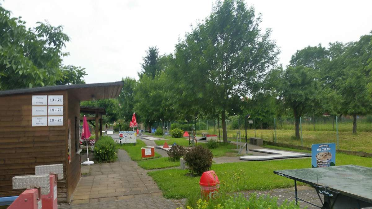 Seit Jahrzehnten ein beliebtes Ausflugsziel in Veitshöchheim  ist der Minigolfplatz an der Mainuferpromenade. Nun steht er nach der am Zaun angebrachten Offerte zum Verkauf an.
