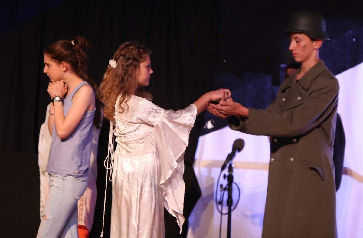 """nun vollständig: Theatergruppe der Mittelstufe Klassen 7-10 des Gymnasiums Veitshöchheim verzauberte mit """"Die Zauberfee von Oz"""" von Suzan L. Zeder"""