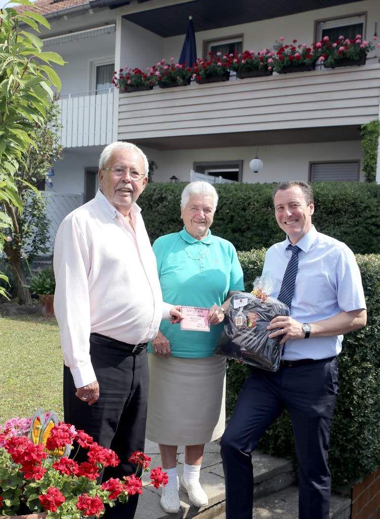 Bereits einen Tag vor ihrem 90. Geburtstag besuchten Bürgermeister Jürgen Götz und Altbürgermeister Rainer Kinzkofer wegen ihrer Reise in die sächsische Partnerstadt Erna Apelt in der Gartensiedlung.