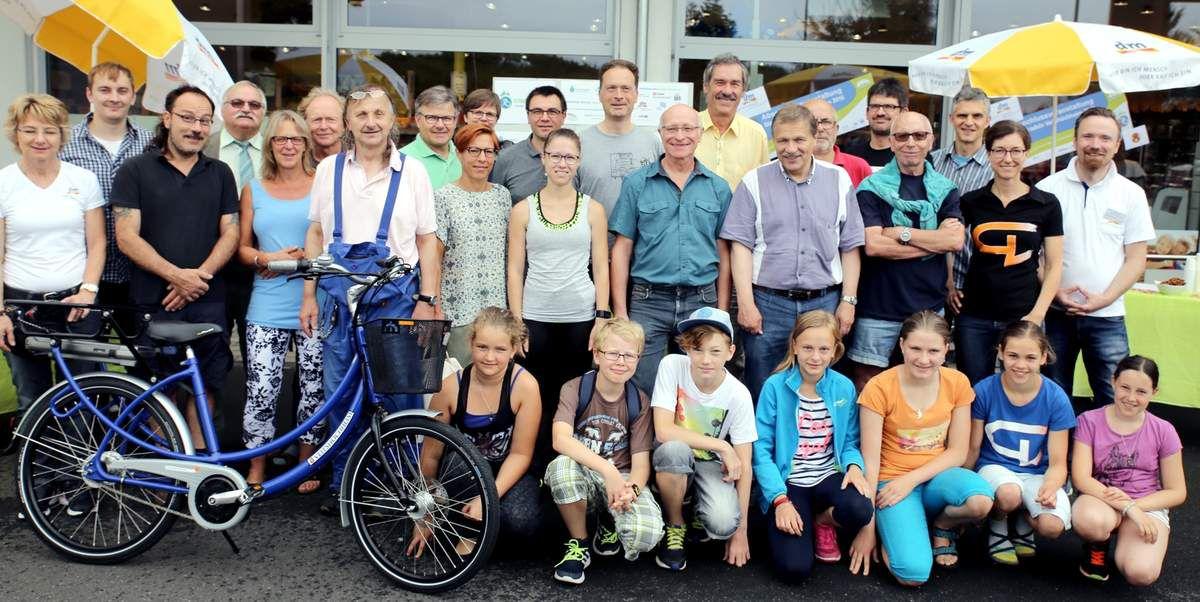 Gruppen-Bild nach der Preisverleihung des Veitshöchheimer Stadtradelns 2016 am dm-Markt