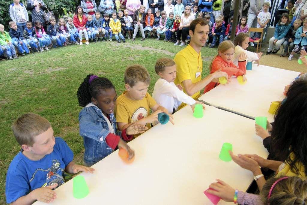 Zum Abschluss der Aufführungen zeigten die Schulkinder ihr koordinatives Geschick und Taktgefühl beim Becher-Spiel.