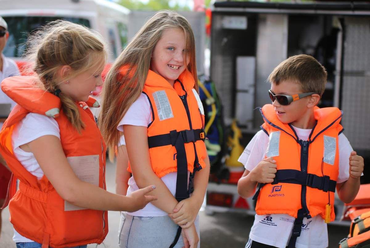 Nach dem Anlegen der Schwimm-Weste konnten es Fabienne, Pauline und Julius aus Eisingen kaum erwarten, dass es losgeht.