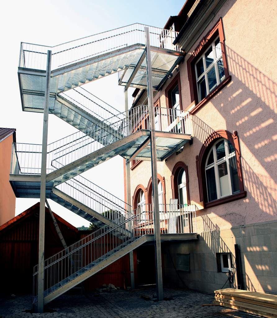 Mit der heute kurz vor der Fertigstellung stehenden Installation einer Außentreppe als zweiten Rettungsweg geht für den Elternbeirat der Vitus-Grundschule im Veitshöchheimer Altort ein langgehegter und vehement vorgebrachter Wunsch in Erfüllung.