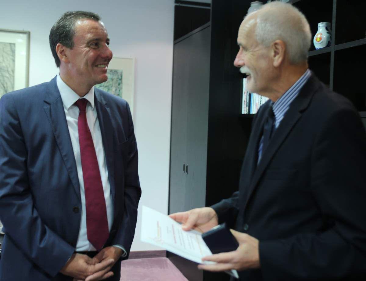 Klaus Niemeyer überreicht Bürgermeister Jürgen Götz die Ehrenmedaille in Bronze mit Urkunde des Bundeswehr Sozialwerks e.V.