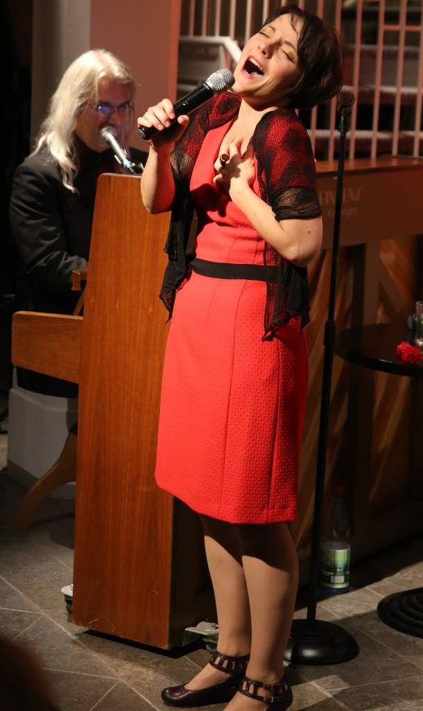 Dany Tollemer, eine Chanson-Sängerin voller Temperament, Witz und Charme verzauberte ihr Publikum in der Veitshöchheimer  Bücherei im Bahnhof