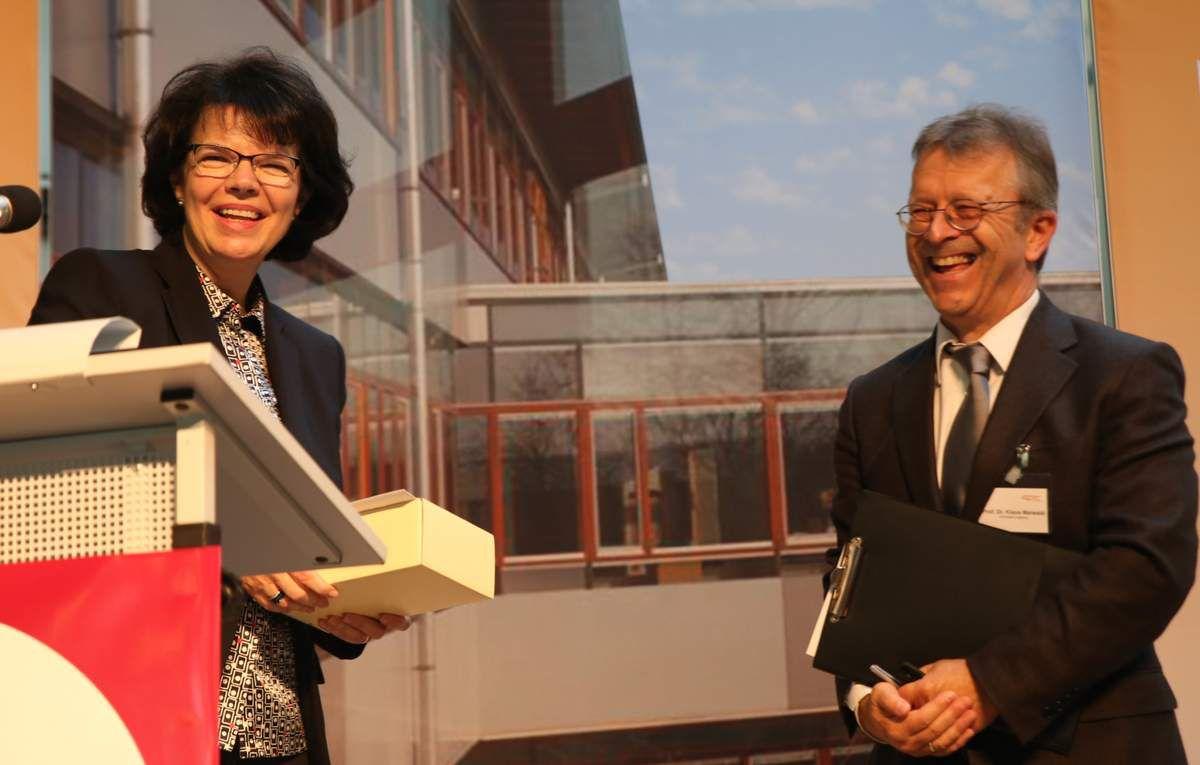 Sie hatten allen Grund sich zu freuen: Die Organisatorin des Literaturtages Jutta Merwald und ihr Hauptredner, der Augsburger Professor Maiwald, der früher einige Jahre seinen Wohnsitz in Veitshöchheim hatte.