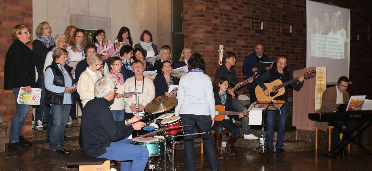 Wie die Besucher zum Chor wurden - Ein etwas anderes Mitmach-Konzert zum 50. Weihejubiläum der Kuratiekirche