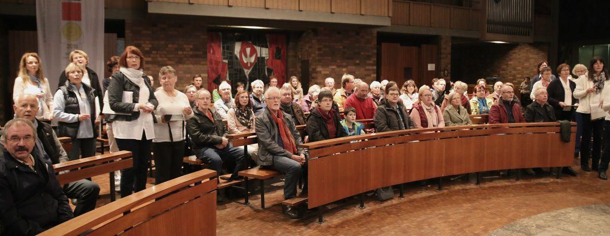 Die Hälfte der Singkreis-Mitglieder hatte sich in ersten Konzerthälfte unter das Publikum gemischt, um dieses gesanglich zu unterstützen.