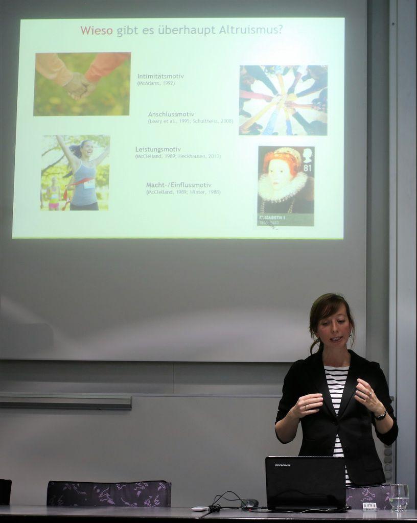 Die Psychologie-Professorin Dr. Anne Böckler zog bei ihrem Altruismus-Vortrag  im Veitshöchheimer Sitzungssaal ihre Zuhörer in ihren Bann.