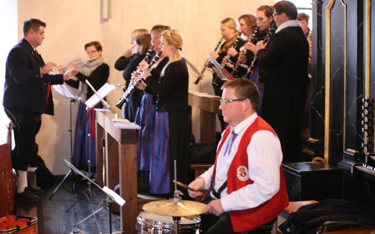 """""""Klasse"""", so lobte Pfarrer Borawski die Musizierenden des Musikvereins für das während des Gottesdienstes  unter der Leitung von Stefan Wagner grandios gespielte """"Circle of life""""."""