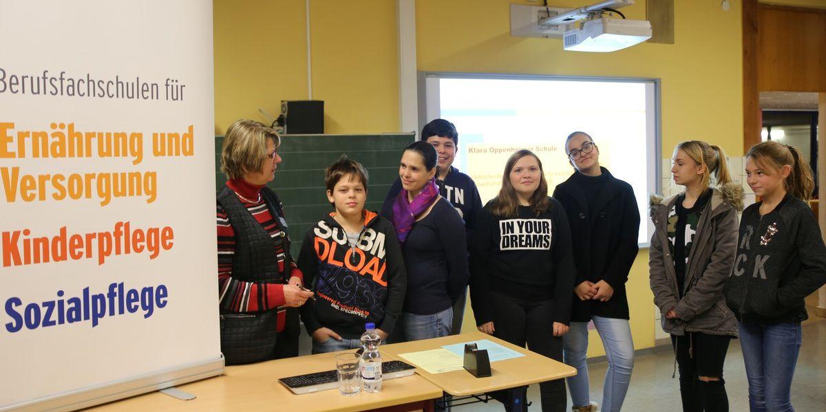 Beratungslehrerin Ute Traub vertrat beim BIT die Klara-Oppenheimer-Schule. Dort können unter anderem die Berufe Hauswirtschafter/in Kinderpfleger/in, Sozialbetreuer/in, aber auch Kaufmann/frau für Bürokommunikation erlernt werden.