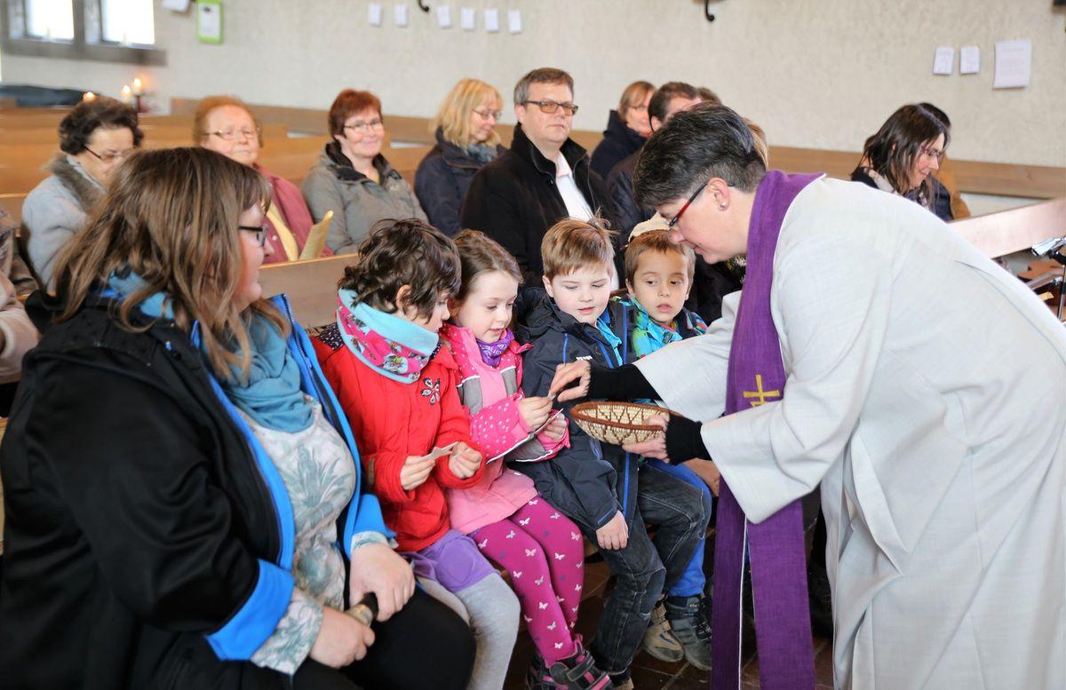 Diakonin Claudia Grunwald beschenkte jedes Kind zur Erinnerung mit einem Stern.
