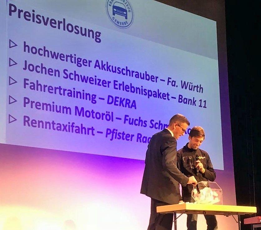Als krönenden Abschluss verloste der unterfränkische Rennfahrer und zweifache Vize-Europameister Andreas Pfister fünf hochwertige Preise unter den anwesenden Freigesprochenen, darunter auch eine Mitfahrt in seinem Tourenwagen.