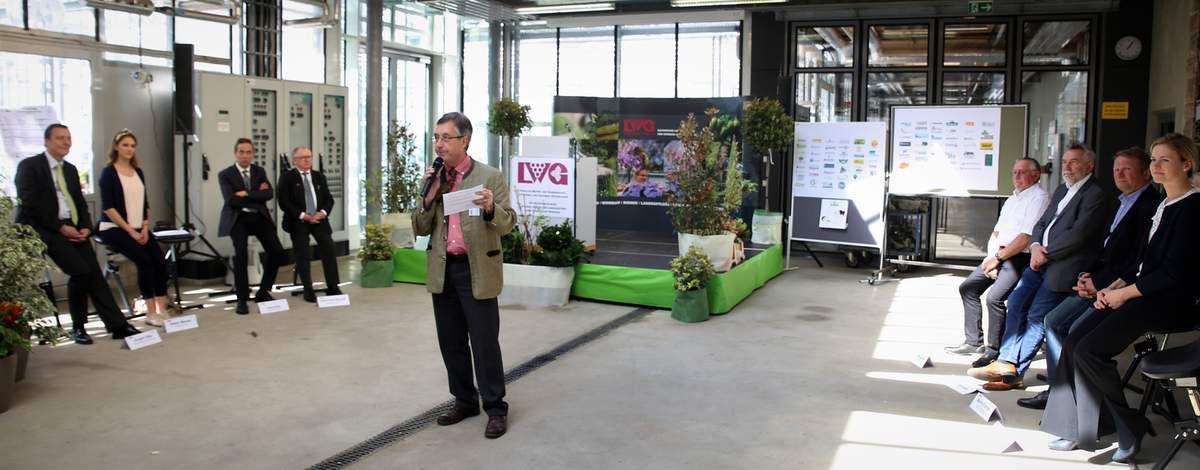 Der Schulleiter freute sich, als Ehrengäste auch v.l. -  auf der linken Seite - Hans Koller (Landesvorsitzender des Verbands landwirtschaftlicher Fachschulabsolventen - VlF) und  Reimund Stumpf (VEV-Vorsitzender) sowie - auf der rechten Seite -  Alfons Weiglein (Fachschulbeirat), Ulrich Schäfer (Präsident VGL Bayern) und Martin Eichner (Prüfungsausschuss-Leiter) begrüßen zu können.