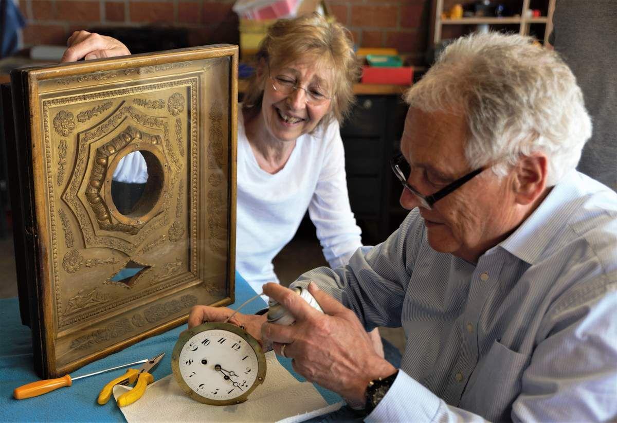 Wieder richtig zum Laufen brachte Heino Klingenfuß diese um die 200 Jahre alte, zuletzt eine Stunde am Tag vorgehende Uhr aus der Zeit des Wiener Kongresses, die das Wohnzimmer der Familie Stahr ziert.