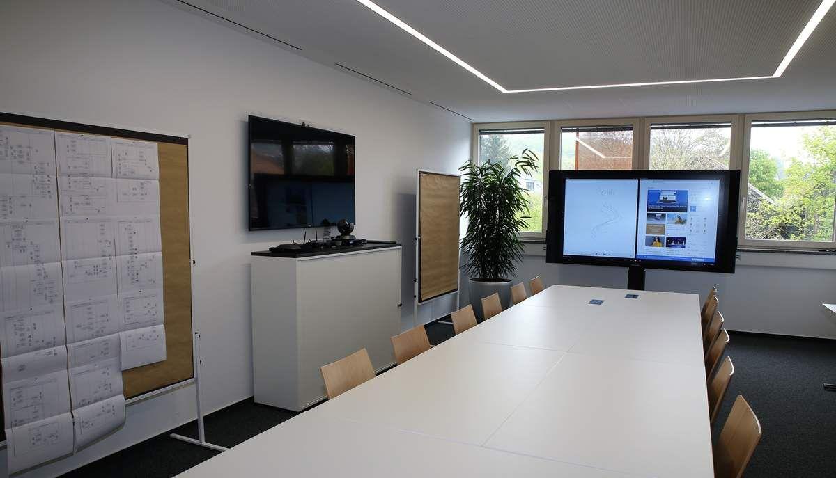 Mit allen Medien ausgestatteter moderner Tagungs- und Besprechungsraum