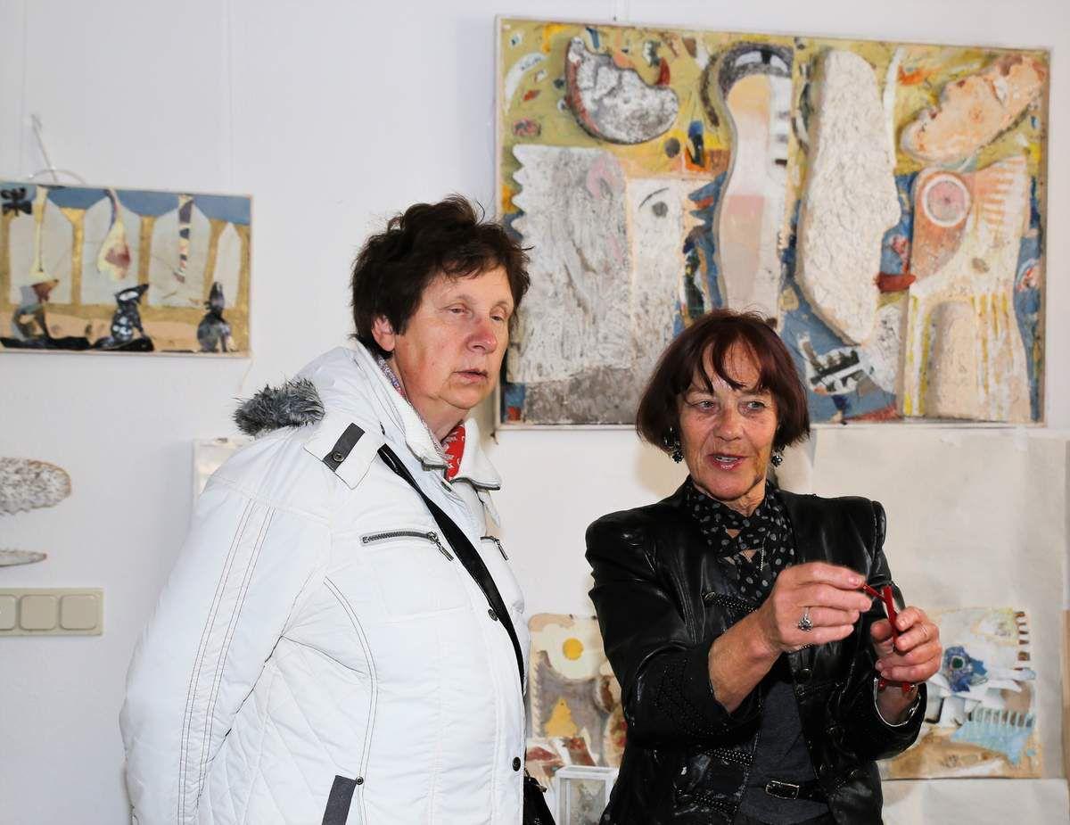 """Eine  unendliche Fülle von Kunstobjekten und Buchillustrationen konnten die Besucher bei Sophie Brandes in der Unteren Maingasse in Augenschein nehmen. Selbst die Garage hat die Künstlerin zum Ausstellungsraum umfunktioniert. Hier erläuterte die 73jährige ihre Werke in der Kunstgattung """"Objektkunst"""". Auf ihrem Zweitwohnsitz in Mallorca sammelte sie eine Unmenge Dinge wie Treibgut, Altmetall, Gegenstände bäuerlicher Alltagskultur, Steine und Pflanzenteile, die sie zu skurrilen Wandrelief- und Bodenobjekten inspirierten. Phantasievoll und ironisch angeordnet und mit fixierenden Materialen zusammengehalten, gewannen die morbiden Gegenstände ein kunstvolles neues Leben."""