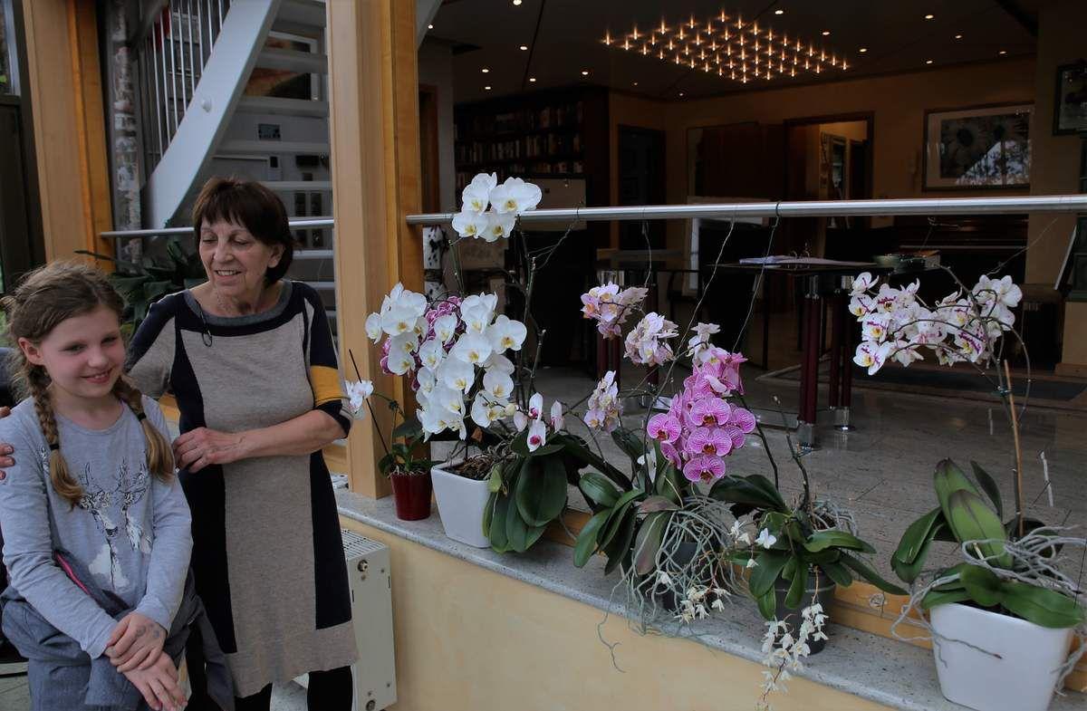 Erstmals gab die seit drei Jahren im Ort in der Mozartstraße wohnende Malerin Gudrun Harth Einblicke in ihr künstlerisches Schaffen. Sie arbeitet mit Pastellkreide, Bleistift und Tusche, wobei sie gerne auch die Materialien vermischt. Ihre Motive findet die Blumenliebhaberin in der Natur und verändert diese nach ihrer Vorstellung. 1947 geboren, absolvierte sie von 1965 bis 1968 eine Ausbildung an der Werkkunstschule Würzburg. Nach einer Schaffenspause bis 1992 bildete sie sich als Autodidaktin weiter und betätigte sich als Dozentin für Malkurse an der VHS Schweinfurt und an der Klinik Heiligenfeld Bad Kissingen. An die Öffentlichkeit trat sie bislang mit zahlreichen Ausstellungen im fränkischen Raum.