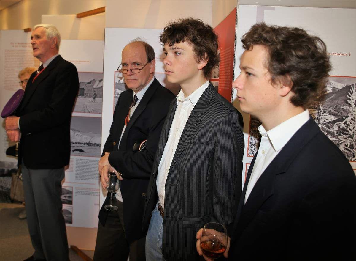 Es war für alle ermutigend, dass so viele junge Leute von hüben und drüben an der Ausstellungseröffnung teilnahmen.