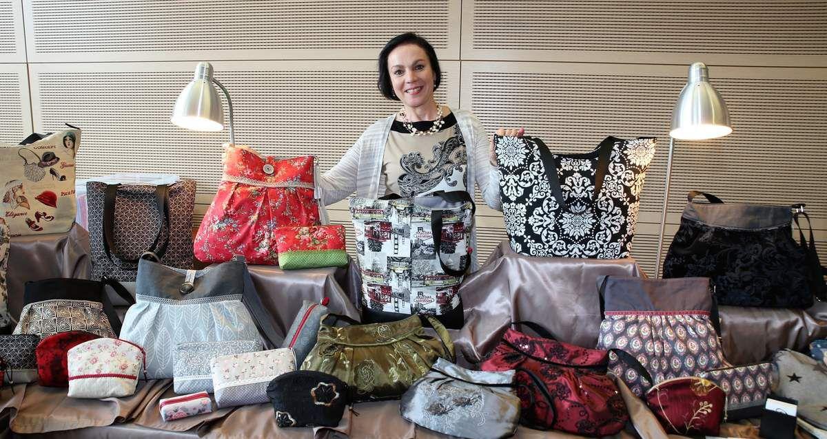 Bianca Müsing aus der Danziger Straße näht Taschenunikate aus ausgewählten Stoffen schon seit 25 Jahren. Zu diesem Hobby kam die kaufmännische Angestellte damals über ihre Tochter, für die sie für den Kindergarten ein Kleid nebst Täschchen nähte. Bei ihrer vierten Teilnahme an der Ausstellung präsentierte sie für den Sommer unter Verwendung ausgefallener Stoffe elegante Leinen- und Kunstleder-Taschen.