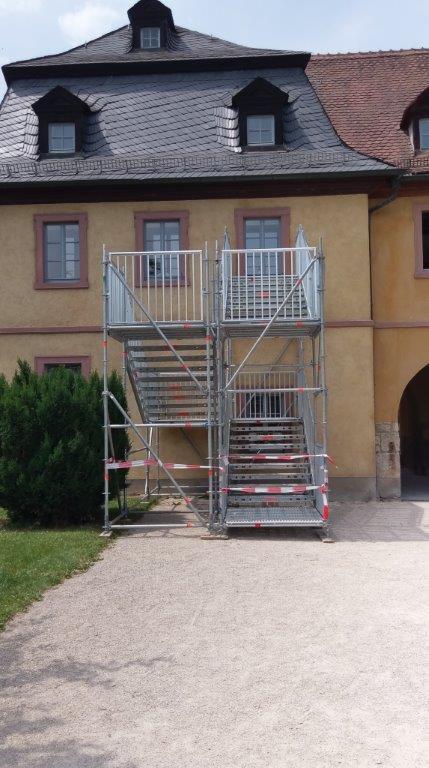 Im Hofgarten wurde eine Fluchttreppe für das Oberschoss des Ratskellers errichtet, um im Notfall ein sicheres Flüchten aus dem Obergeschoß zu ermöglichen, da die Rettung über den Mittelbau durch die Baustelle nicht gewährleistet werden kann. Die Fluchttreppe und alle Arbeiten im Hofgarten sind mit der Schloss- und Gartenverwaltung Würzburg abgestimmt.