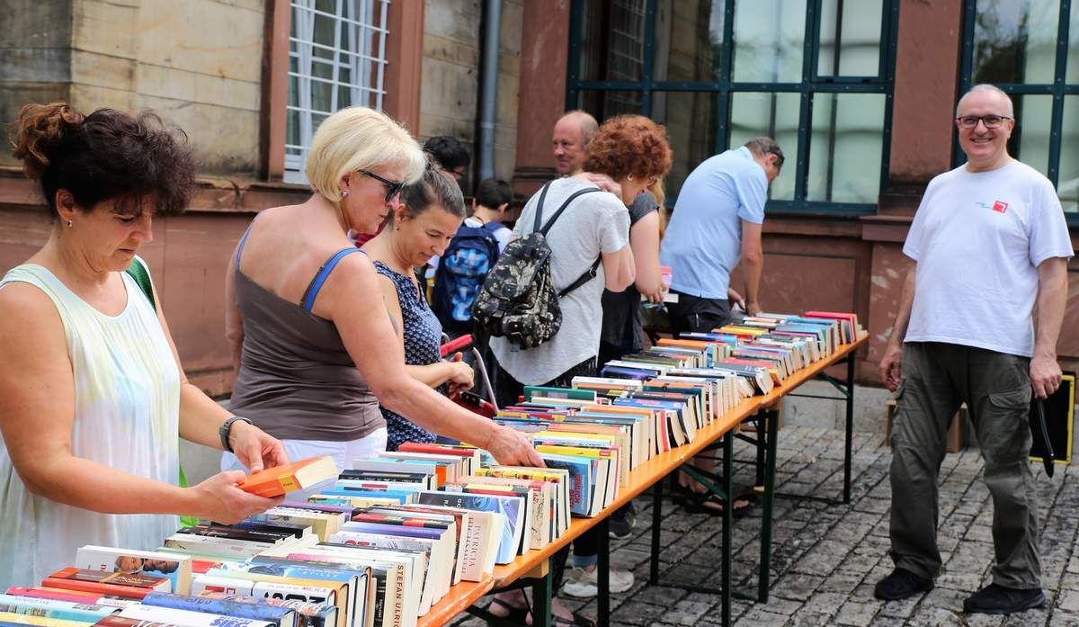 Überwältigend war heute der Besucherandrang beim schon zur Tradition gewordenen Sommer-Flohmarkt der Bücherei im Bahnhof, sehr zur Freude von Büchereileiter Martin Wehner (rechts im Bild).