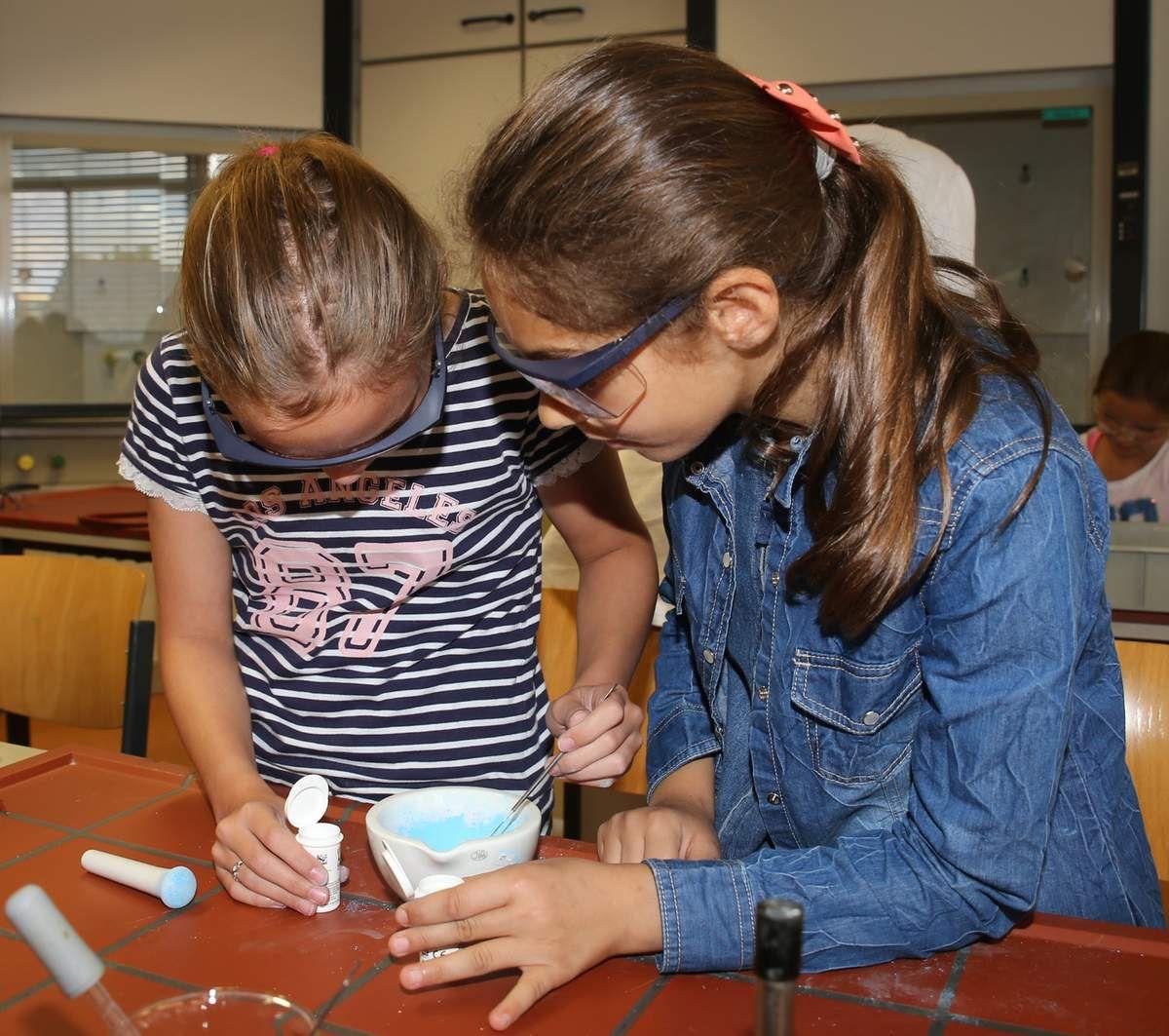 Oberstufenschüler des Gymnasiums Veitshöchheim begeisterten Grundschüler an zwei Tagen für das Fach Chemie
