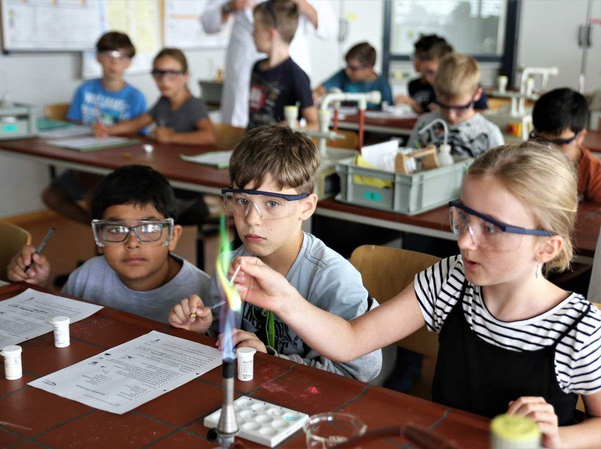 Hellauf begeistert waren die Veitshöchheimer Viertklässler besonders vom Experiment mit dem Bunsenbrenner, wo sie grüne und andersfarbige Flammen erzeugen konnten.