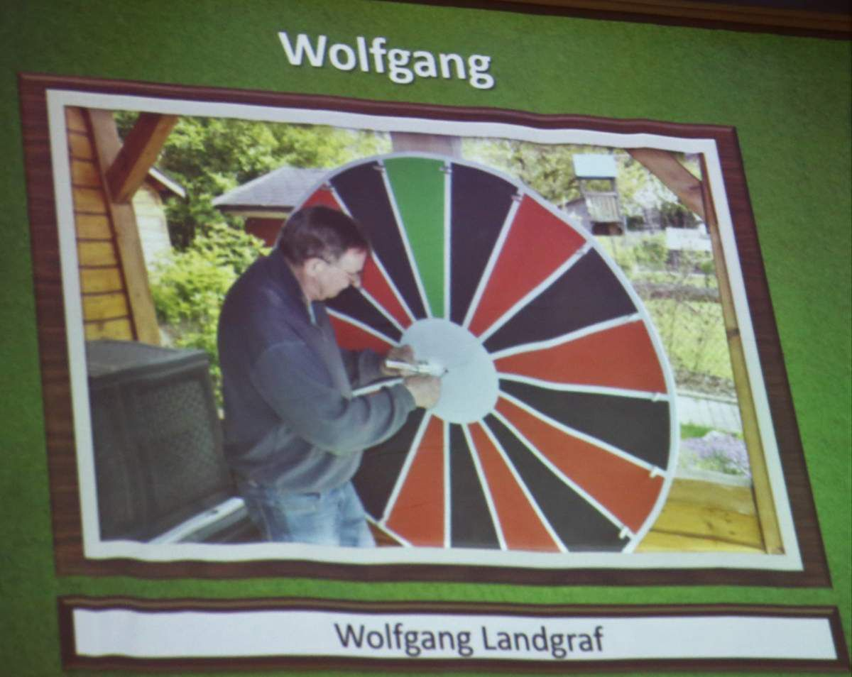 Glücksrad-Hersteller - Viel Applaus gab es so für Wolfgang Landgraf, der dem Papa von einem Schüler, der vor zehn Jahren Abitur gemacht hat, der immer noch Gymnasium treu als Bastler verbunden ist, und so die Bühnendekoration, die beiden Jongleure außen, aber auch das Zentrum der Show, das Glücksrad kreierte.