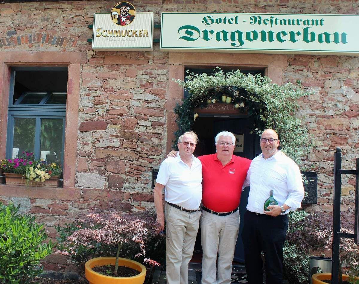 Rudi Hepf, Vorsitzender der SPD AG 60Plus, Anton Hofmann, Reisebegleiter durch den Main-Kinzig-Kreis und der Rodenbacher Bürgermeister Klaus Schejna am Eingang vom Restaurant Dragoner im Schloss Langenselbold (v.l.n.r.). Die freundschaftliche Verbindung zwischen Schejna und Hepf hatte Hofmann  bereits vor vielen Jahren hergestellt. Der ehemalige SPD-Ortsvereinsvorsitzende aus Obersinn lebt mit seiner Familie seit über 30 Jahren in Rodenbach und war in beiden Gemeinden in der Kommunalpolitik politisch aktiv tätig. Er ist mit Rudi Hepf beruflich und privat mehr als befreundet.