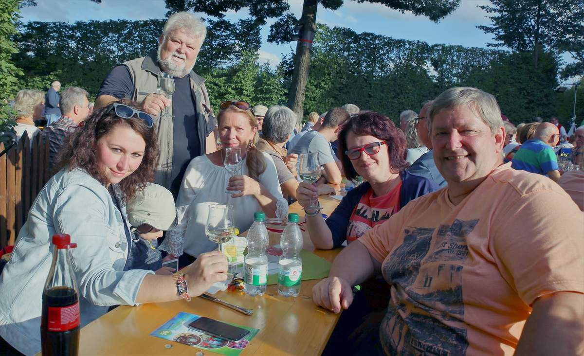 Der Veitshöchheimer Partnerschaftsbeauftragte Oswald Bamberger freute sich denn auch, dass seine Geithainer Kollegin und 3. Bürgermeisterin Gabi Sporbert mit Anhang den weiten Weg zum Weinfest aus der sächsischen Partnerstadt nach hier auf sich genommen hat.