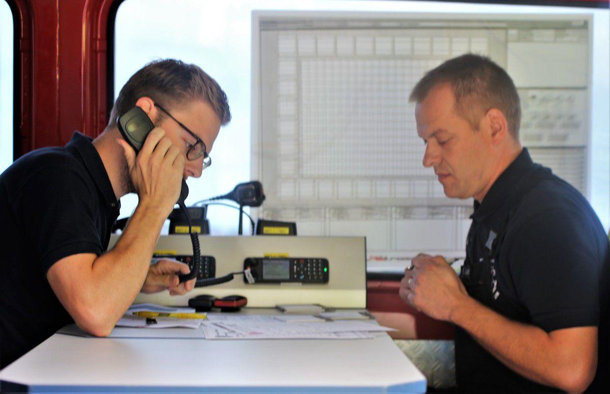 Mit an Bord hatte Röhm im Innenraum des Kommando-Autos als Funkexperten der Wehr Florian Leberfinger (rechts) und Simon Försch.