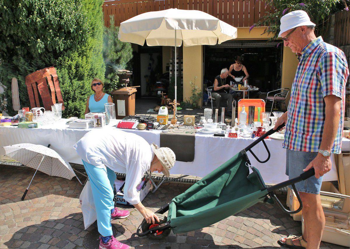 Wie jedes Jahr bisher dabei waren auch wieder Helga und Bernhard Kronewald aus dem Schenkenfeld am Haus der Hohmanns in der Mainlände, die wie im Bild zu sehen, es sich zugleich mit einer Grillfete gut gehen ließen.