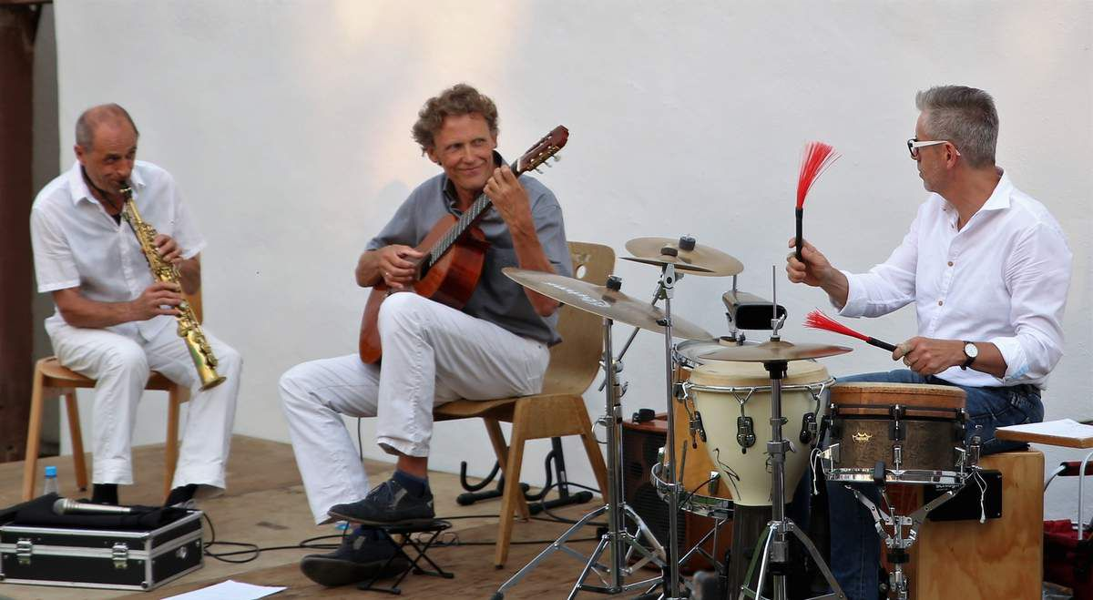 """Die drei Musiker des Schwander-Goltz-Kandert Trios (SGK-Trio) sind alle Urgesteine der Würzburger Musikszene. Schon seit gut 30 Jahren kennen sie sich und haben schon früh in unterschiedlichen Formationen miteinander musiziert (u.a. """"Heilhut Semmeldroll"""" , """"Jonathan & Laurent""""). Als Trio haben sie sich zum ersten Mal beim Umsonst und Draussen Festival in Würzburg 1991 einer größeren Öffentlichkeit vorgestellt. Die Besetzung des Trios ist optimal, um die drei Ebenen der Musik - Melodie, Harmonie und Rhythmus - miteinander in Schwingung zu bringen."""