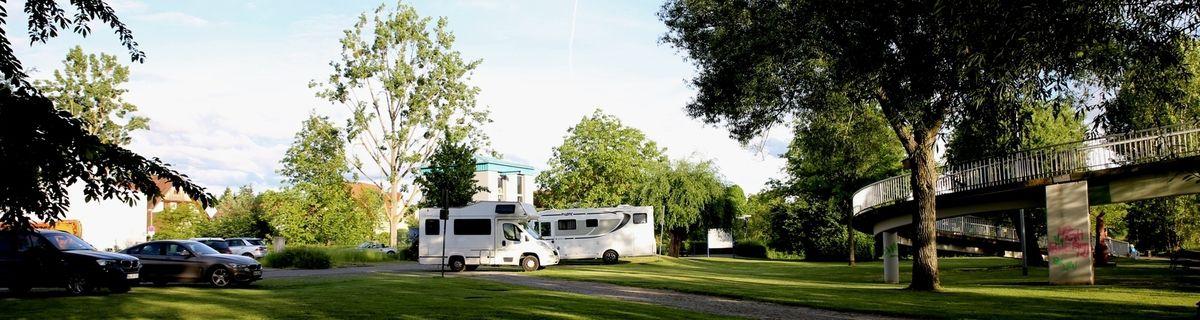 Gegenwärtig sind am Mainsteg fünf Standplätze für Wohnmobile ausgewiesen, die auch ohne Stromanschluss häufig, besonders an den Wochenenden, häufig belegt sind.