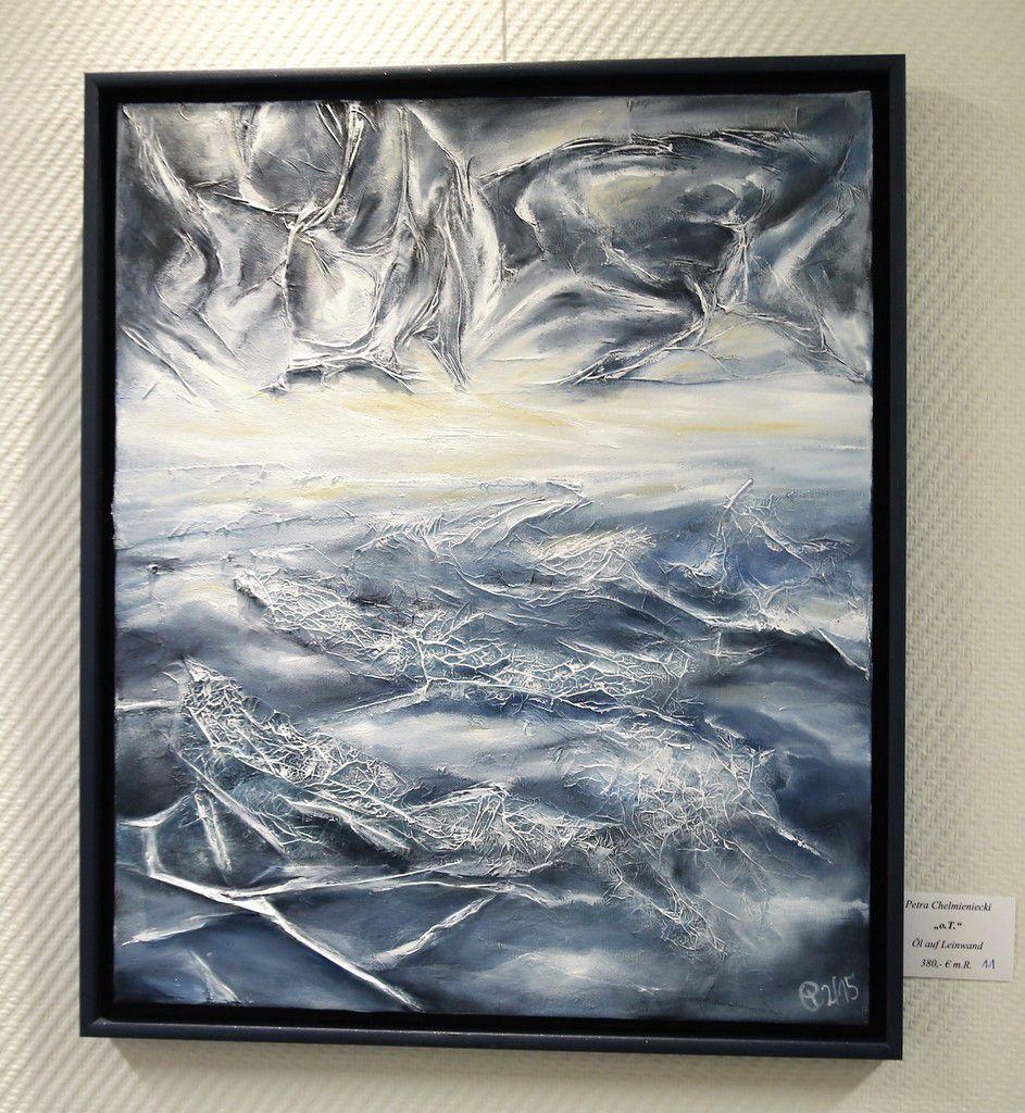 """""""Ohne Titel"""" bezeichnete die Künstlerin dieses Ölbild, bei dem es ihr um das Experimentieren mit Strukturen ging, die sie collagenartig mit Seitenpapier und Fäden schuf und die die Leute zum Phantasieren anregen sollen."""
