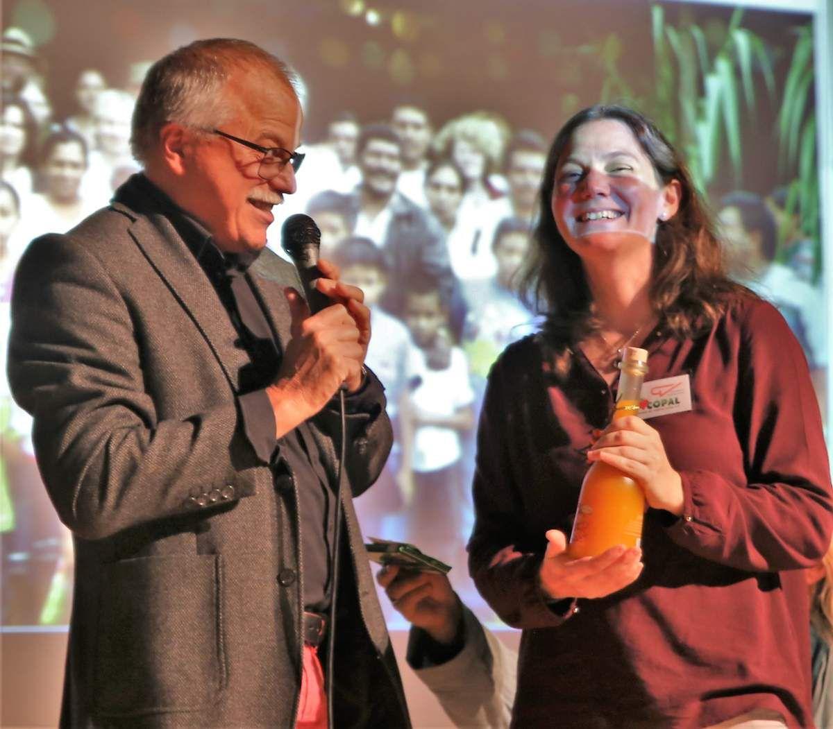 Als Anerkennung überreichte er an die Q12ler Kinokarten und an die Betreuungslehrerin Simone, der es gelang, die Schüler so toll für das Projekt zu begeistern, ein flüssiges Präsent.