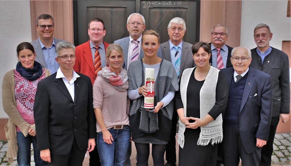 Ein Erfolgsmodell im Dienst am Nächsten ist seit 40 Jahren die für Veitshöchheim und Thüngersheim zuständige Sozialstation St. Stephanus gGmbH. Darüber freuen sich beim Jubiläumsfest im Pfarrzentrum Thüngersheim die Gesellschaftervertreter, Geschäftsführung, Pflegedienstleitung und politische Weggefährten im Bild v.l.n.r. Barbara Stockmann (erste Vorsitzende des Krankenpflegevereins Thüngersheim), Markus Höfling (Bürgermeister Thüngersheim), Silke Wolfrum (Pfarrerin Evangelische Christusgemeinde Veitshöchheim),  Bernd Steigerwald (Pfarrer Thüngersheim), Christina Hornung (Pflegedienstmanagerin), Rainer Kinzkofer (Altbürgermeister Veitshöchheim), Sindy Lorenz (stellvertretende Pflegedienstleiterin), Wilhelm Remling (Altbürgermeister Thüngersheim), Elke Kuttenkeuler (Geschäftsführerin), Winfried Knötgen (zweiter Bürgermeister Veitshöchheim), Erich Steppert (Gründungsmitglied der Sozialstation als Veitshöchheimer Bürgermeister) und Robert Borawski (Pfarrer der Kirchengemeinden St. Vitus und Kuratie in Veitshöchheim).
