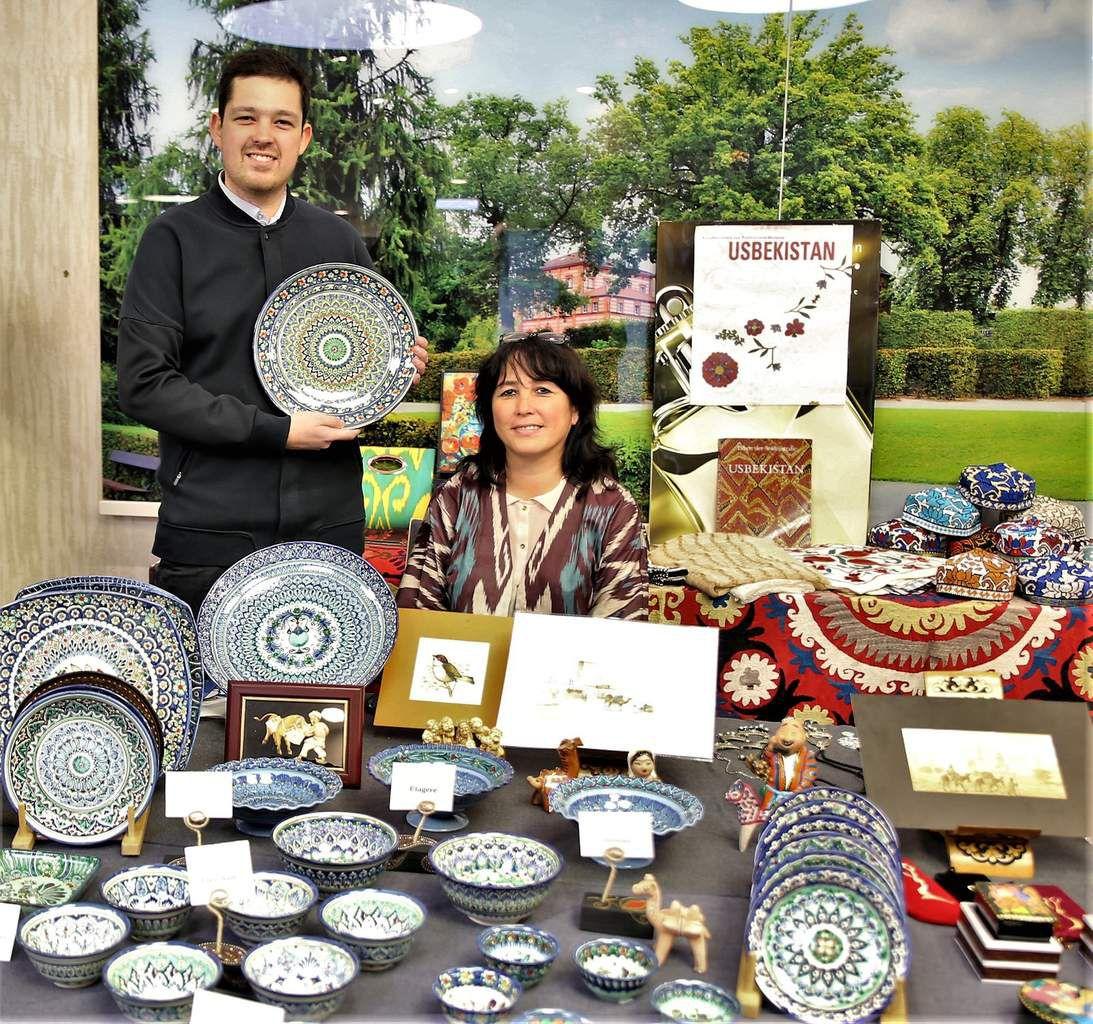 Kunsthandwerk aus Usbekistan, handbemalte Unikate nach traditionellen Mustern, bei Temperaturen von 980 Grad Celsius zweimal gebrannt, signiert von Keramik-Designern gibt es am Stand von Rano und Maruf Frosch