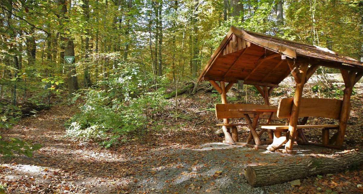 Verschönerungsverein Veitshöchheim errichtete gemütliche Brotzeit- und Schutzhütte am Zickzack