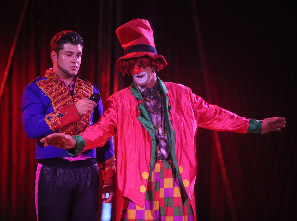 Durch das Programm führt Giovanni Renz, oft an der Seite von Clown Charlie (Dino Drescher).