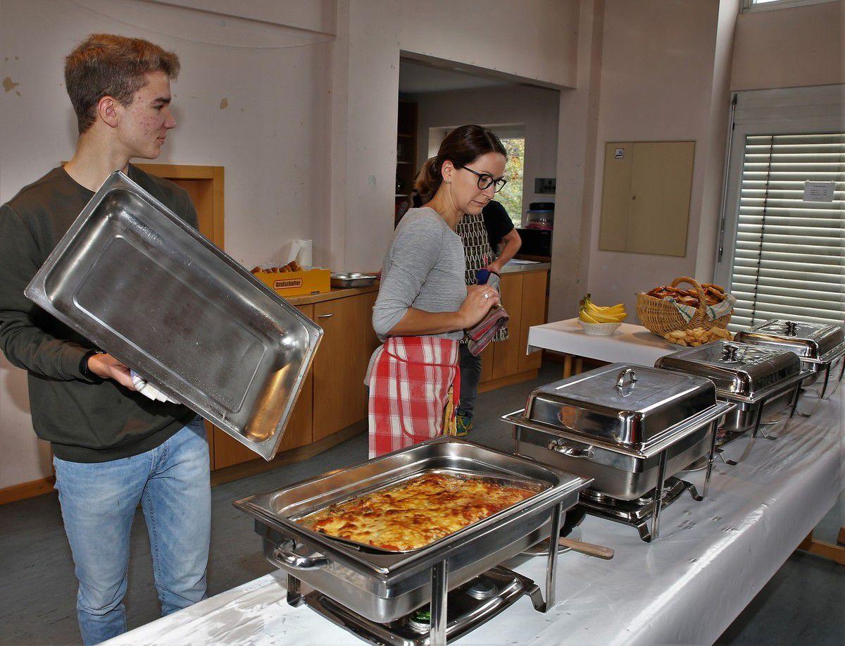Es gab einen Gemüseauflauf (im Bild), gefüllte Blätterteigtasche, überbackene Brezeln, gebackene Klöße, Gulasch und Blaukraut und einen gemischten Salat.