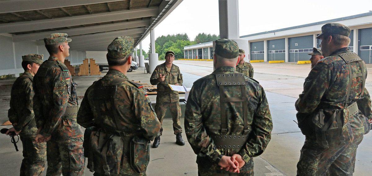 Allein in diesem Jahr haben die Soldatinnen und Soldaten bereits an mehreren Ausbildungen teilgenommen. Darunter die Basisausbildung an den Handwaffen Gewehr G36 und der Pistole P8, die von Ausbildern der Stabs-/Fernmeldekompanie der 10. Panzerdivision durchgeführt wurden. Hier übten sich die Kameradinnen und Kameraden des jungen Bataillons  in der Handhabung der Waffen, konnten aber auch am Simulator für  Handwaffen und Panzerabwehrhandwaffen bereits erste grundlegende Schießübungen absolvieren. Auch das orientieren mit Karte und Kompass sowie das Leben im Felde waren in diesem Jahr Thema der Ausbildungen. All das sind Fähigkeiten die zur Jägerausbildung gehören.