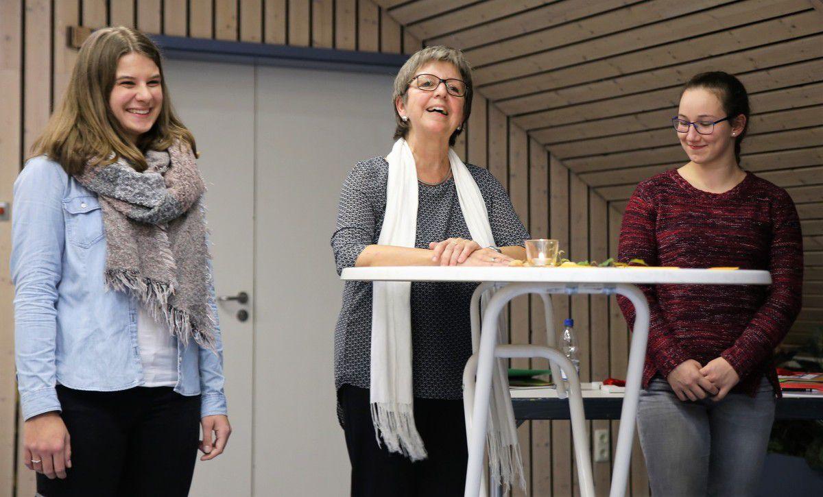 Sportvorsitzende Ruth Lehrieder verabschiedete beim Ehrungsabend die Leichtathletin Tanja Balling, die bei der TGV ein Freiwilliges Soziales absolviert hat und stellte mit der Turnerin Eva Hausmeyer ihre Nachfolgerin vor.